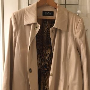 Classic raincoat with leopard print lining